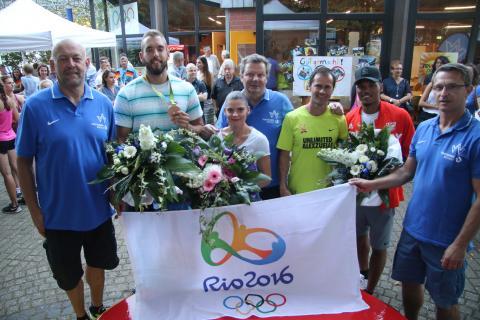 Ein Teil der Wattenscheider Olympia-Teilnehmer zusammen mit ihren Trainern und Bronzemedaillen-Gewinner Daniel Jasinski. (Foto:TV Wattenscheid 01)