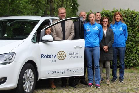 Udo Spiekermann (Rotary Club Bochum-Constantin), Prof. Dr. Ulf Eysel (Rotary Club Bochum-Constantin) und  Prof. Dr. Nicola Werbeck (Präsidentin vom Rotary Club Bochum-Constantin) übergeben der Para-Abteilung das neue Fahrzeug. (Foto: TV01)
