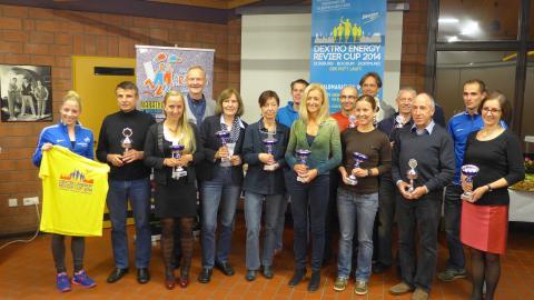 Die Altersklassen-Siegerinnen und -Sieger des Dextro Energy Revier Cup 2014 eingerahmt von Denise Krebs und Hendrik Pfeiffer.