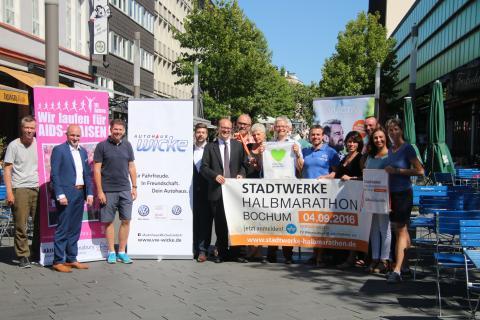 Die Organisatoren des Stadtwerke Halbmarathon Bochum zusammen mit den Sponsoren. (Foto: TV Wattenscheid 01)