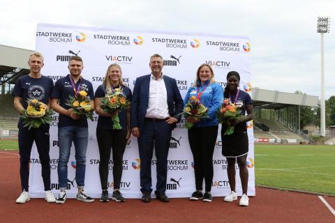 Frank Thiel, Geschäftsführer der Stadtwerke Bochum (3.v.r.), ehrte die erfolgreichen Wattenscheider U23-Sportler (Foto: Merkel)